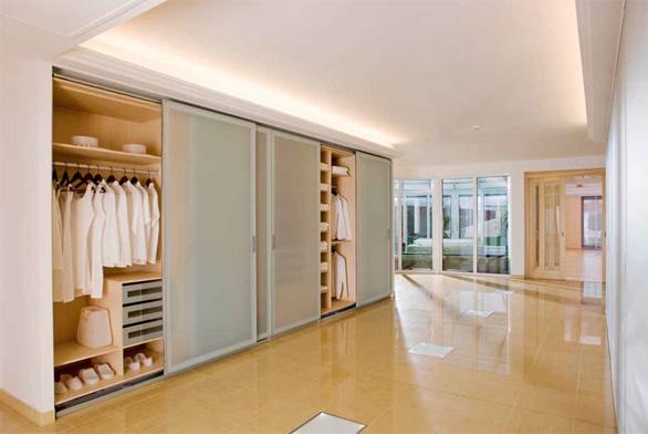 Klasická vestavěná skříň (BO060) s hliníkovým rámem a posuvnými skleněnými matovanými dveřmi (WOODFACE).