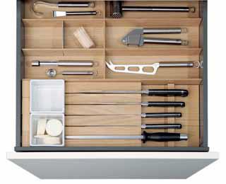 Rozmanité organizéry na přehledné ukládání nožů a dalších pomůcek zhotovené z masivu nabízí značka KUCHYNĚ SCHÜLLER (NEXT TRADE STORE).