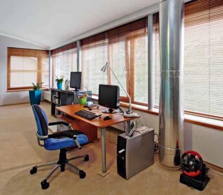 Do budoucna designérka plánuje kolem sloupu vytvořit půlkruhový obtočený stůl, na jehož jedné straně bude pracovní část s počítačem a na straně druhé, kam dopadá více světla, psací stůl.