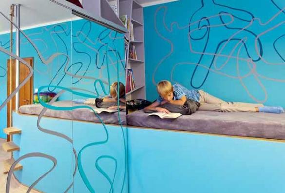 """Pódium je vedlejším produktem vzniklým na poslední chvíli již v průběhu stavby domu, vzniklo snížením stropu nad schodištěm procházejícím celým domem na standardní úroveň a následně jeho """"zastřešením""""."""