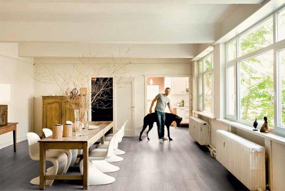 Do jídelny se hodí trvanlivá podlaha se snadnou údržbou. Navíc by měla dobře vypadat. Právě tyto nároky splňují vinylové podlahy Livyn s voděodolným povrchem, napohled k nerozeznání od podlahy z masivních dřevěných prken. Vybrat si můžete z široké škály dekorů (www.quickstep.cz).