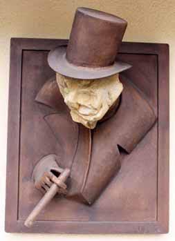 Umělecká kovářská práce v kombinaci s přírodním kamenem ztvárňuje legendárního Winstona Churchilla.