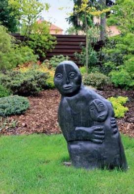 Kamenná plastika s názvem Matka s dítětem je z dalekého Zimbabwe.