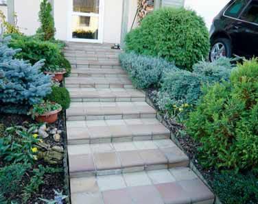 Vydlážděné schodiště může plynule navazovat na cestu, aniž by bylo nutné esteticky řešit přechod ze schodového stupně na zpevněnou cestu. V některých případech lze ze stejného typu použité dlažby vybudovat i obrubníky.