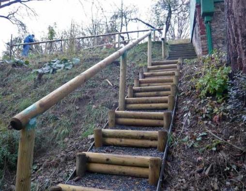 Nedílnou součástí strmých schodišť je zábradlí, případně opěrná zídka z obdobného materiálu jako schodiště. Zábradlí působí jako bezpečnostní prvek a mělo by být instalováno, pokud má schodiště více než pět schodů.
