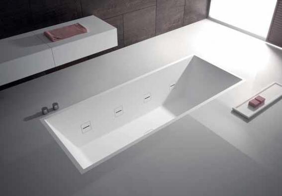 Zápustná vana Hydroline (TEUCO), materiál Duralight, technologie neviditelný whirlpool, cena 285 000 Kč (GLAMUR).