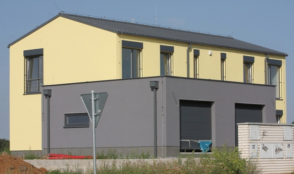 Střešní krytina Lindab Topline je určená na střechy se sklonem od 14°. Je bezúdržbová, díky povrchovým úpravám Classic, Premium nebo Elite dosahuje vysoké životnosti a záruka na ni je poskytována v závislosti na zvoleném povrchu až 30let. Střecha je doplněna okapovým systémem Lindab Rainline ve stejné barvě, který je stejně tak bezúdržbový.