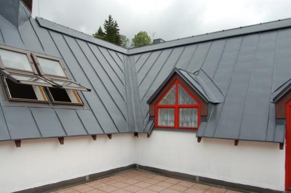 Plechová střecha je nadčasová krytina, kterou používají lidé již desítky let. S vývojem materiálů dosahujeme vyšší životnosti a také lepších vlastností oceli jako takové. Důležitým faktem je skutečnost, že ocel po celou dobu své životnosti nemění své vlastnosti. Klenotem mezi plechovými střechámi je krytina Seamline.  Vysoce tvárný plech určený i na velmi nízké sklony a obloukové střechy, vhodná na moderní i historické budovy, bezúdržbová, s vysokou životností a bohatou škálou barev.  Drážková krytina Seamline nachází uplatnění mimo jiné v horských oblastech, kde jsou na střechy kladeny zvýšené klimatické nároky, nápor sněhu, výrazné střídání teplot apod.  Důkazem toho, jak náročným podmínkám krytina Semaline umí odolávat je stříbrná falcovaná střecha restaurace na švédském pobřeží. Příjemné posezení pod lindabskou střechou…