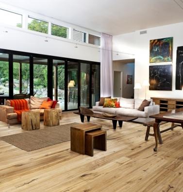 Kährs, kolekce Artisan, dekor Dub Straw. Podlaha ze světlého dřeva spolu s dřevěným nábytkem dokonale podporují ekologický koncept a přírodní charakter domu.