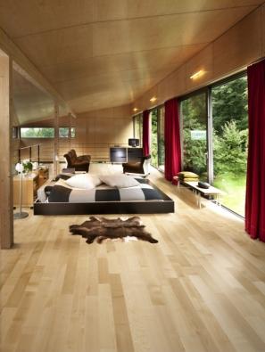 Kährs, kolekce European Naturals, dekor Javor evropský Lugano. Ve vytváření hřejivého dojmu se dřevu nic nevyrovná. Přírodní materiály – dřevo, kožešiny, kůže, vlna – přispívají k odstranění předělu mezi interiérem a exteriérem.