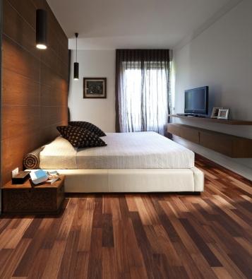 Kährs, kolekce World, dekor Jarrah Sydney. Byt inspirovaný současným italským stylem. Důležitým prvkem v interiéru je červenohnědé dřevo, přinášející teplý a útulný dojem.
