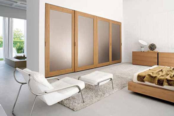 K trendům patří propojení ložnice s koupelnou, zimní zahradou či jinou částí bytu. Otevřený prostor a přírodní materiály zpříjemňují relaxaci (COLOSSEUM).
