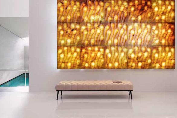 Aktuální novinkou ve zpracování mramoru je kolekce Pietre Luminose, kterou navrhl Raffaello Galiotto. Každý závěsný panel s vyfrézovaným dekorem (rozměry 60 × 60) je ze zadní strany opatřen světelnými zdroji a osvětlení maximálně zvýrazňuje jeho barevnost a strukturu. Světlo mění kámen v živý organismus. Vyrábí Lithos Design (www.lithosdesign.com).