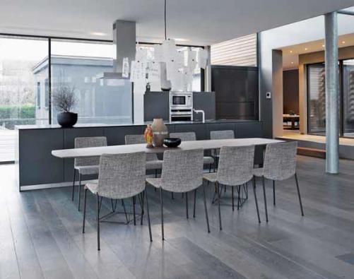 Lehká, mimořádně odolná židle Liz (zn. Walter Knoll) sluší mj. minimalistickým interiérům. Prodává Stopka nábytek.