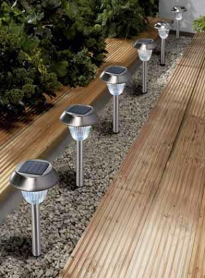 Venkovní terasu, zahradní cestičky nebo okraje bazénu mohou kopírovat a naznačovat sety solárních světel.