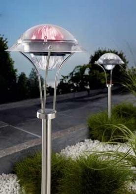 Zahradní osvětlení v jedné z bezpočtu podob. Při výběru věnujte pozornost i materiálu, neboť světla budou trvale vystavena nepřízni počasí a musí odolat i mechanickému namáhání.