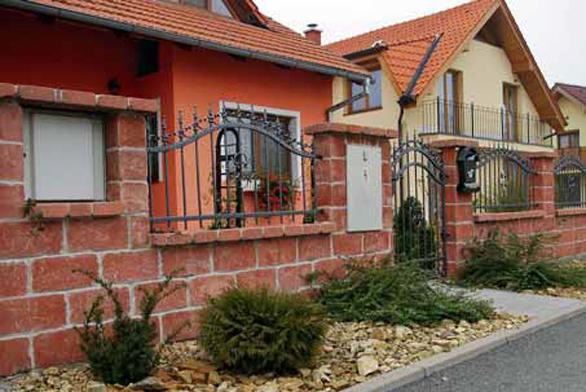 Plot z retrobloků Diton s kovaným mřížovím. Takto pojaté dílo by mělo korespondovat s architektonickým ztvárněním domu.