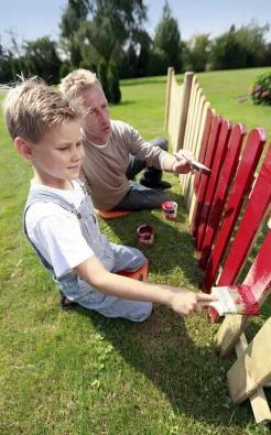 Dřevěný plotový díl (OBI) působí jako paraván. Na trvalé venkovní oplocení se však moc nehodí.