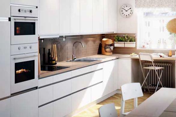 Důmyslná kombinace barev, denního světla a umělého osvětlení v kuchyni s jídelnou a pracovním stolem (IKEA).