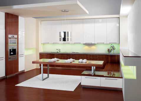 Kuchyně LINE se vyznačují čistými linkami, jednoduchými tvary a zářivými barvami. Volba osvětlení kombinuje lokální zdroje s rozptýleným světlem nad kuchyňským stolem (HANÁK).