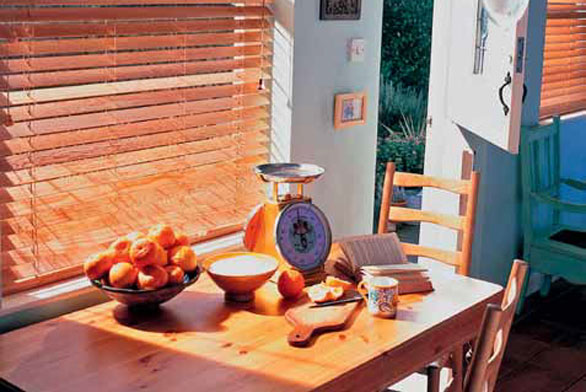 Dřevěné žaluzie dokážou interiéru vdechnout neopakovatelnou atmosféru útulnosti a harmonie (LUXAFLEX).