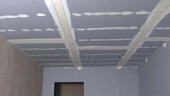 Modrý akustický sádrokartonový podhled Rigips. Modré akustické systémy Rigips pomáhají zlepšit zvukovou izolaci vinteriérech. Snížení stropu smodrými akustickými deskami je jen o 5 cm a přinese o výrazných 13 dB lepší zvukově izolační vlastnosti.