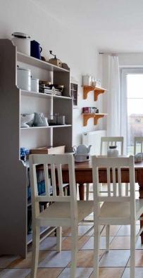 Všechny věci v kuchyni se pravidelně používají, takže jsou stále přístupné, vystavené na policích, například příbory a ubrousky v nádobách − organizérech Julia Allin (ELHO), rozměr 14,5 x 16,2 cm, objem 1,3 l, cena 119 Kč/ks, PRIMA KĚTINÁČE.