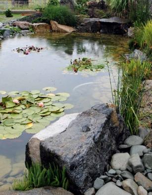 Kámen a voda podtrhují duchovně estetický rozměr zahrady, který vyvažuje soudobé architektonické prvky moderně pojaté usedlosti.