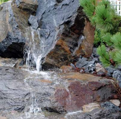 Velké kameny představují zajímavé geometrické tvary, působivé kompozice podle imaginace autora zahrady.