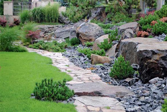 Zahrada nabízí celou řadu zajímavých detailů. Autor volí vždy takovou flóru, která danou kompozici zcela nepohltí, ale naopak ji posílí.