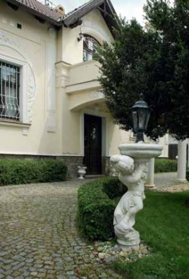 Do zahrady tohoto typu patří romantické prvky v podobě soch.