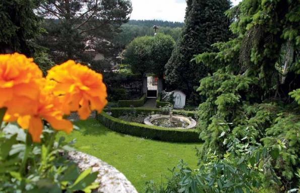Také při pohledu z balkonu domu potěší oko ladné křivky cest i výsadeb.