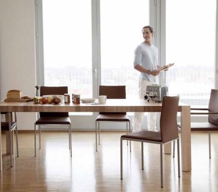Kvalitu posezení zajistí dobře tvarovaný nebo čalouněný sedák potažený látkou, kůží nebo koženkou. Čalounění lze nahradit vyměnitelnými sedáky, kterými lze i barevně doladit interiér.