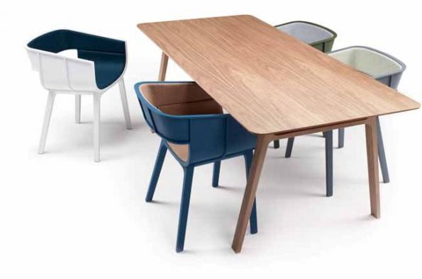Jídelní stůl Pontoon (CASAMANIA), dubové dřevo, rozměry 200 x 90 x 75 cm, cena 78 000 Kč, židle Maritime, s područkami i bez područek, masiv, překližka, textil nebo kůže, cena 28 900 Kč, DE.FAKTO.