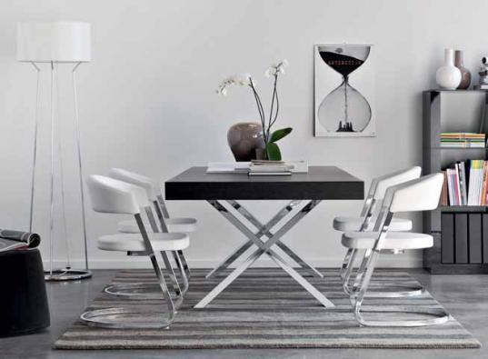 Jídelní stůl Axel (CALLIGARIS), rozměry 200 x 100 cm, deska dýha, podnož chrom, cena 40 170 Kč, židle Bay, provedení kůže/chrom, cena 11 450 Kč, CORRECT INTERIOR.