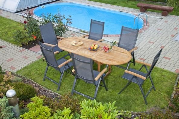 Elegance zahradního nábytku zhliníku vynikne i vkombinaci se dřevěnými prvky, například steakovým stolem. (Zdroj: Mountfield)