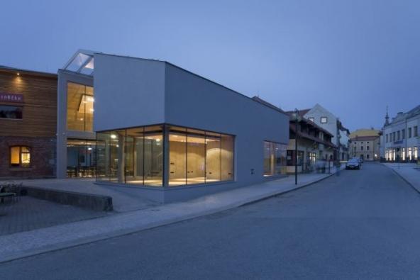 Obchodní centrum v Rožnově pod Radhoštěm, realizace 2011, foto Studio Toast.