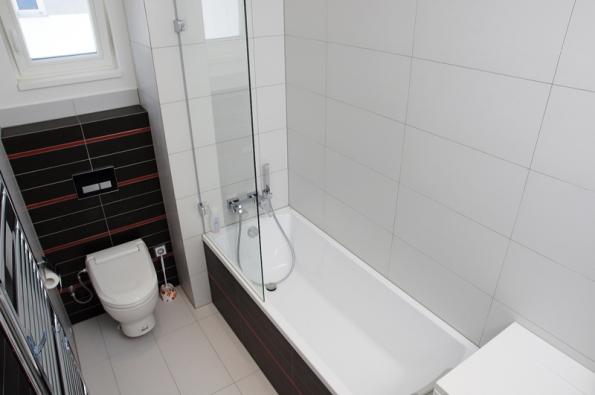 Koupelny jsou obloženy velkoformátovými keramickými obklady RAKO barevně sladěnými s interiérem domu.