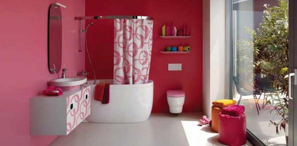 Stylovým doplňkem koupelnového vybavení z kolekce Mimo (LAUFEN) je závěs, jenž nahrazuje vanovou zástěnu, s dekorem použitým na některých kusech nábytku, cena 4 446 Kč (BATHSHOP).