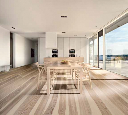 "Dřevo s velmi výrazným dekorem (podlaha Kährs, typ Sand Dekor) ""snese"" jen jednoduchý nábytek a tmavá či bílá okna."