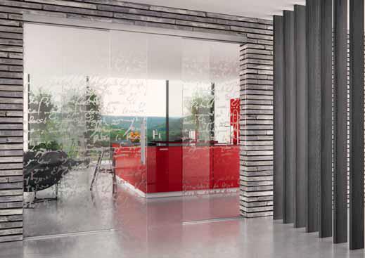 Posuvné dveře z čirého tvrzeného skla zdobí jemný grafický dekor, který lze pomocí moderních technologií přenést i na nábytková dvířka (dodává J. A. P.).