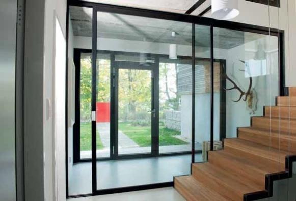 Ukázka sladění rámů plastových a hliníkových profilů – vchodové dveře a skleněná posuvná stěna Dafe-plast.