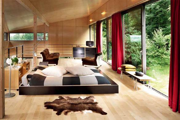 Do interiéru laděného v přírodním stylu (obložení stěn z překližky, podlaha Kährs s dekorem javor evropský Lugano) se krásně hodí hliníková okna v antracitovém odstínu.