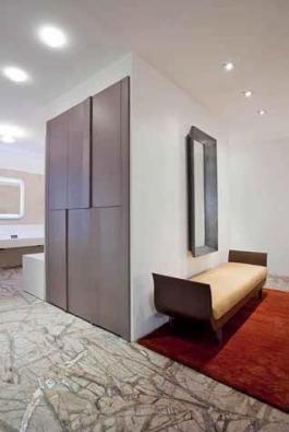 Korpus s vestavěnými skříněmi může tvořit zajímavý prostorový předěl.
