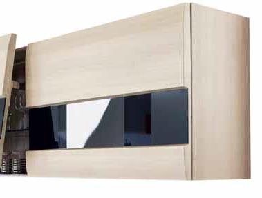 Systém Blum usnadňuje otvírání horních skříněk. Zaoblené plochy dvířek ozvláštňuje integrovaný skleněný pruh.