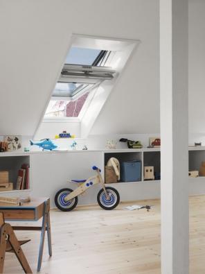 Bílá bezúdržbová střešní okna GGU s dřevěným jádrem ocení každý, kdo se nechce zabývat údržbou povrchu rámu a křídla střešních oken.