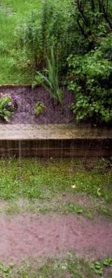 Pokud máme zahradu ve svahu, kde je při prudkých deštích riziko povrchového odtoku vysoké, je dobré svah přerušit terasami, výsadbami keřů, eventuálně doplnit o příkopy (tzv. svejly), které vodu zachytí a umožní její vsáknutí.