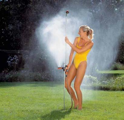 K perfektnímu osvěžení vám postačí zahradní sprcha, která oproti bazénu představuje diametrální úsporu v pořizovacích i provozních nákladech.