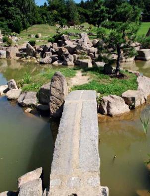 V japonské zahradě kámen nahrazuje horu, potůček zobrazuje mohutný vodní tok a jezírko se stává oceánem…