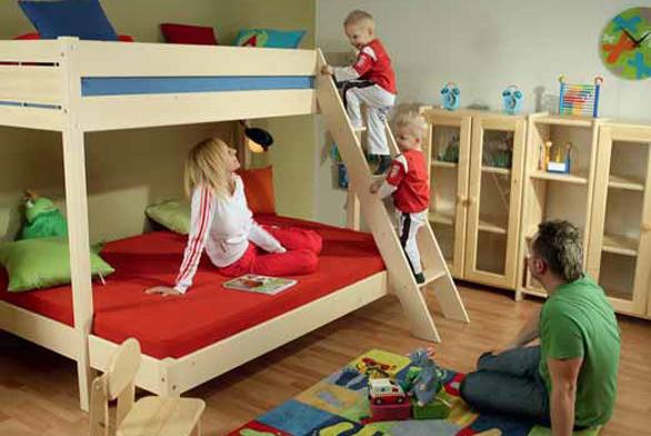 Asymetrická palanda Terry z masivního dřeva nabízí velkorysou spací i hrací plochu. Prodává společnost GAZEL.